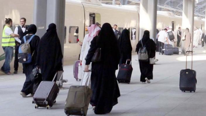 Frauen am Bahnhof von Medina