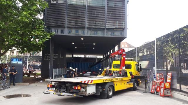 Marienhof Auto fährt Treppen zur U-Bahn hinunter