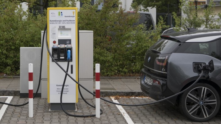 E-Säule Elektroauto Ladestation in der Dornierstraße am Ikaruscenter in Puchheim