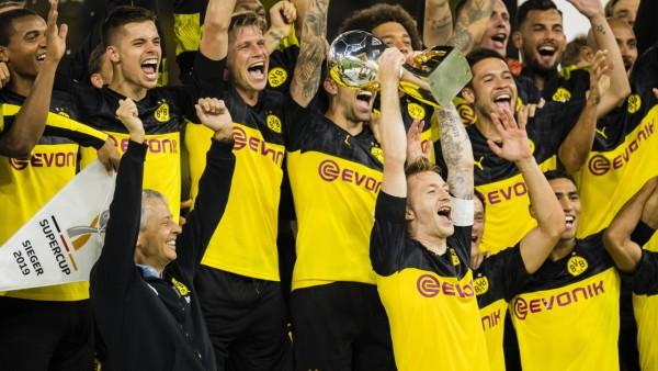 Dortmund 03 08 2019 Marco Reus BvB stemmt den Pokal in Luft und Trainer Lucien Favre BvB jubelt