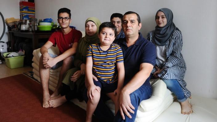 Münchner Wohnungsmarkt: Die Familie Rajab Basha aus Syrien wohnt auf engstem Raum.
