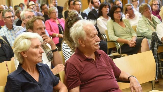 Podiumsdiskussion in Dachau: Das Publikum diskutierte mit den Sprechern über den Umgang von NS-Nachfahren mit ihrer familiären Vergangenheit.