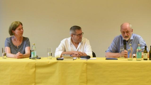 Podiumsdiskussion in Dachau: Das Podium: Katrin Himmler, Helmut Zeller und Niklas Frank (r.).