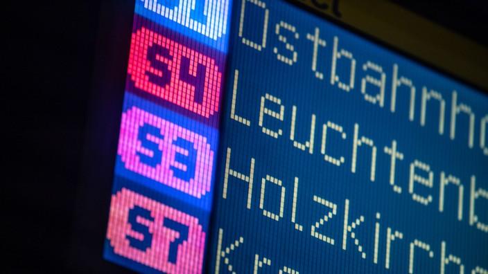 Anzeigetafel der S-Bahn Stammstrecke in München