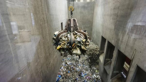 Greifarm über Müllberg Kran transportiert Müll in einer Müllverbrennungsanlage TREA Breisgau Esch