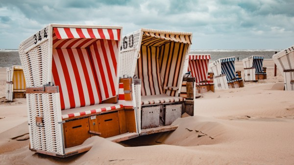 Strandkörbe stehen am Strand der Insel Baltrum in Ostfriesland.