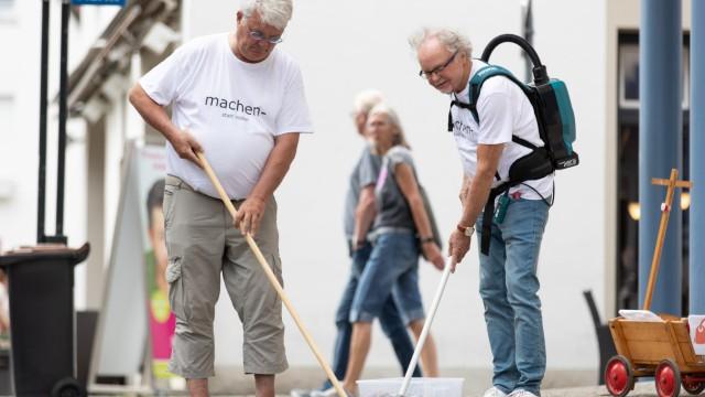 Senioren sammeln Zigarettenkippen