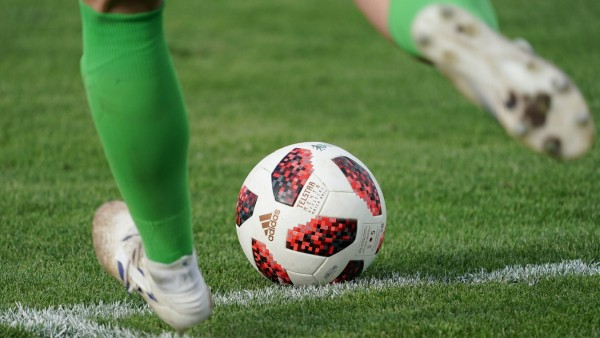 Eine Torhüterin mit einem Ball der Marke adidas Telstar Mechta 18 Me4ta beim Abstoß Torabstoß o