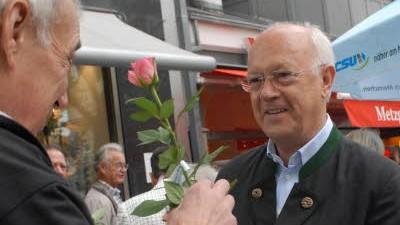 Wahlkampf in München: Hans-Peter Uhl (CSU) verschenkt Rosen, um mit den Wählern ins Gespräch zu kommen.