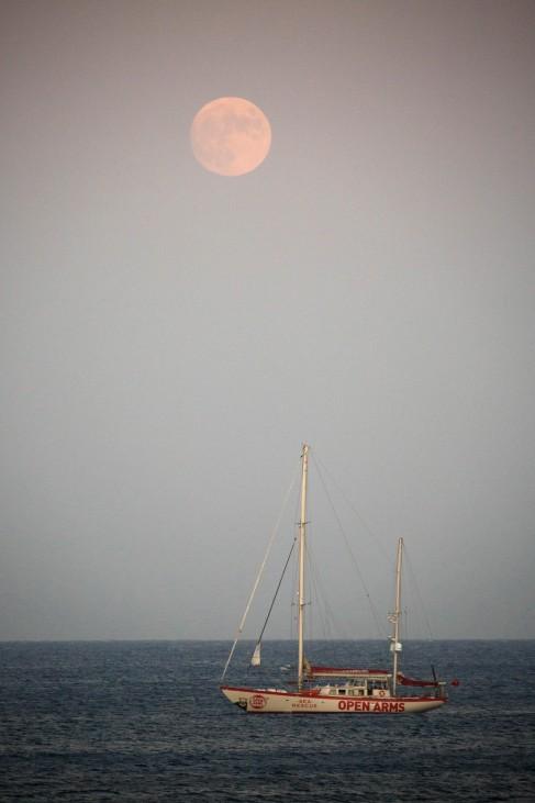 """Offene Arme: Ein Rettungschiff der Hilfsorganisation """"Proactiva Open Arms"""" liegt im Mittelmeer vor der Küste von Lampedusa."""