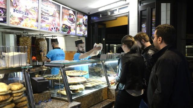Einige Fleischspieße gehen an Wochenenden über die Theke: Der Alpenimbiss ist eine beliebte Anlaufstelle für Nachtschwärmer.