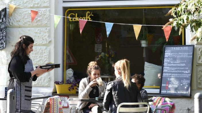 In Lola`s Eckcafe lässt sich meistens ein Platz auf der Terasse finden.