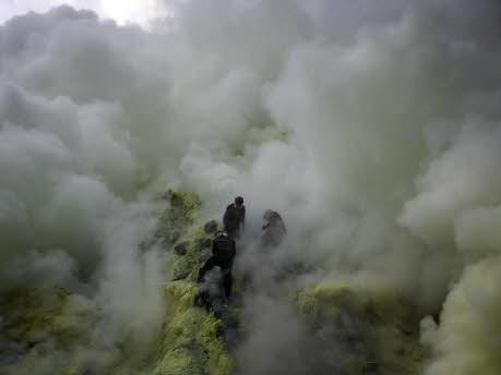 Schwefelabbau am Ijen-Vulkan in Indonesien, Getty Images