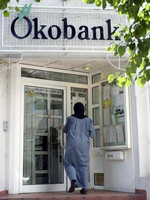 Foto: dpa, Filiale der Ökobank in Frankfurt am Main, Juli 2001