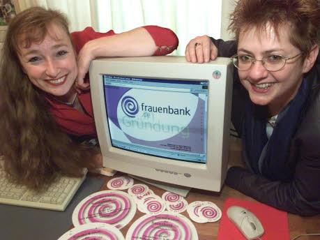 Foto: AP, die Gründerinnen der Frauenbank in spe, Astrid Hastreiter (li.) und Angelika Huber, Oktober 2001