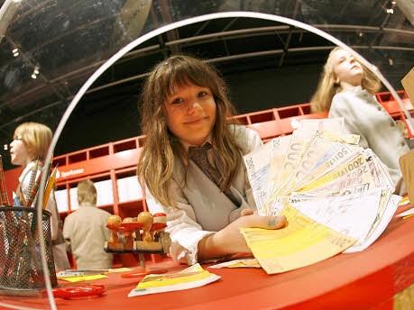 Foto: dpa, Spiel-Bankschalter der Ausstellung Mäuse, Money und Moneten in Nürnberg, April 2009
