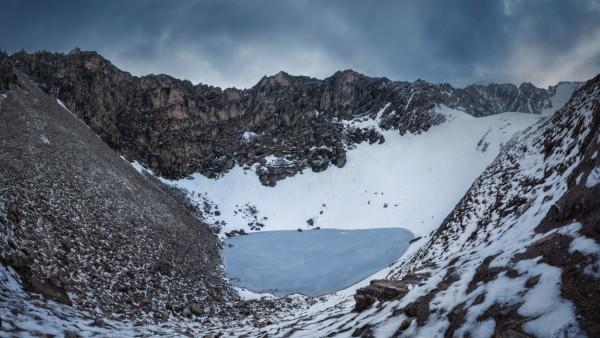 Der Roopkund-See und die umgebenden Berge des Himalaya