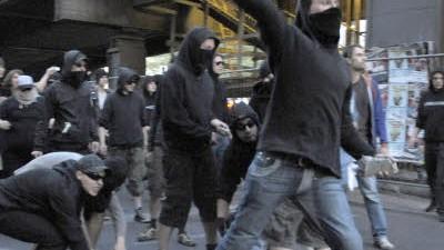 Kreuzberger Krawalle zum 1. Mai: Einer von vielen Randalierern wirft am 1. Mai Steine in Richtung von Polizisten. Unter den Krawallmachern soll auch ein Polizist gewesen sein.