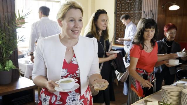 Sommerreise von BMin Giffey Bundesfamilienministerin Franziska Giffey SPD bei einer Mittagspause