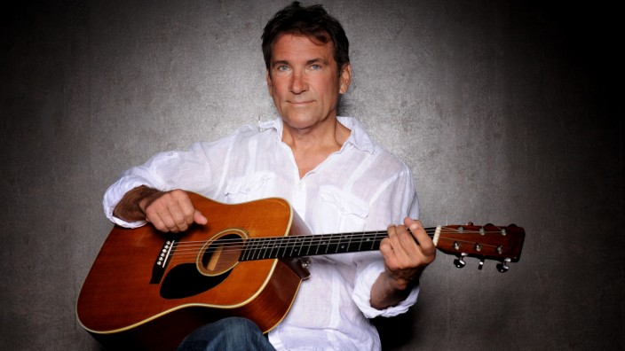 Musik: Hunderte Hits auf Lager: der Musiker Byron Andrew Wiemann an der Westerngitarre.