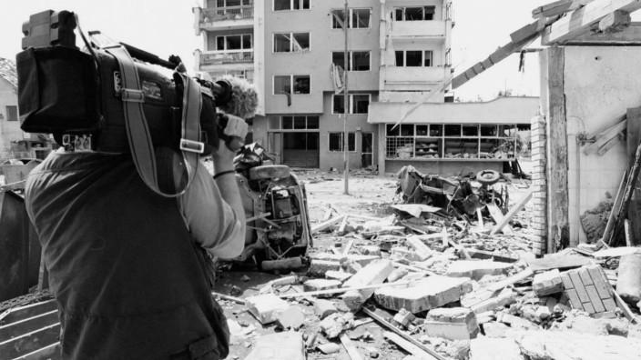 Kameramann filmt Bombenschäden