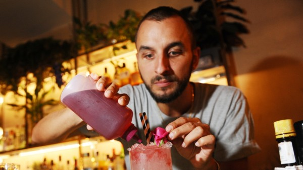 André Meier, Barkeeper im The High in München, mixt seinen Drink Kiss from a rose