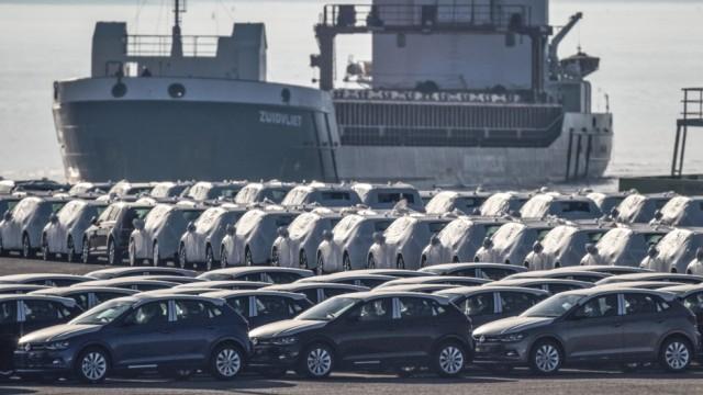 Im Seaport Emden in Niedersachsen Deutschland stehen Automobile Der Marken Volkswagen und Audi ber