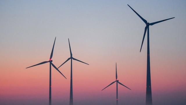 Windenergie im Sonnenaufgang