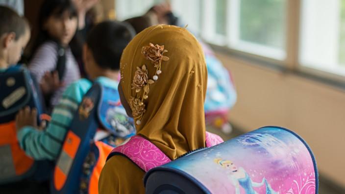 Mädchen mit Kopftuch in der Schule