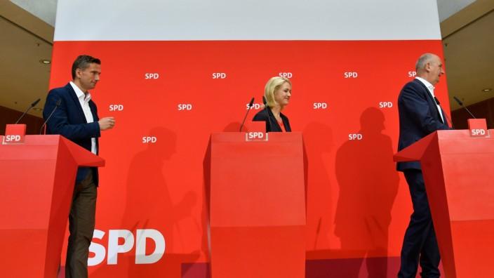 SPD nach den Landtagswahlen: Gedämpfte Stimmung: SPD-Vize Manuela Schwesig mit dem sächsischen Spitzenkandidaten Martin Dulig (links) und dem Brandenburger Ministerpräsidenten Dietmar Woidke.