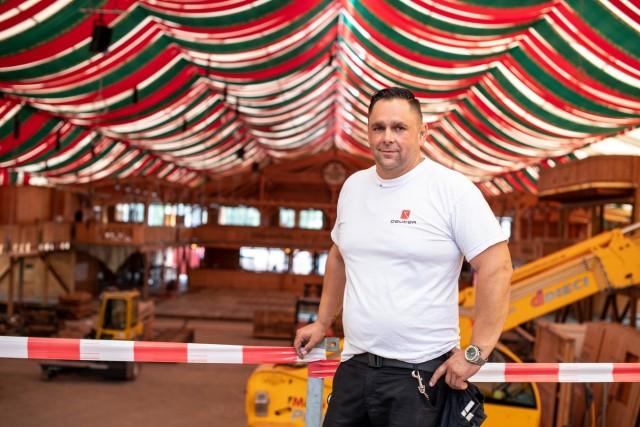 Silvio Döllinger baut Wasen-Zelte