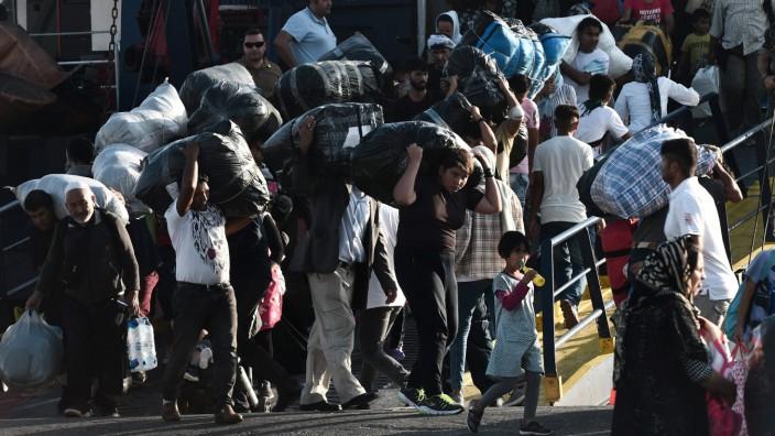 Flüchtlinge verlassen ein Schiff in Thessaloniki