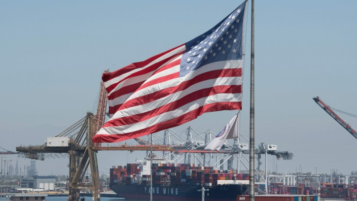 USA: Container im Hafen von Long Beach, Kalifornien