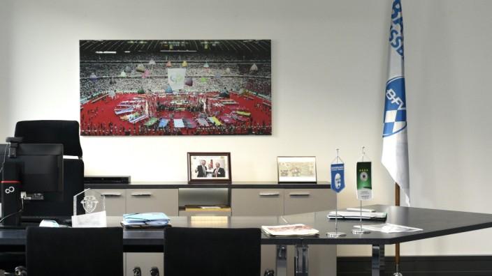 Für den Pressetermin räumten Mitarbeiter den Schreibtisch von Rainer Koch auf.