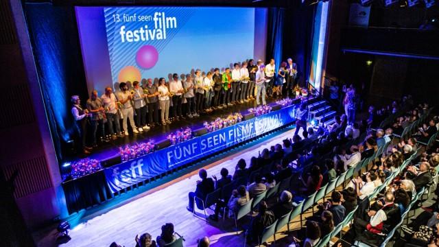 Fünfseen-Filmfestival: Alle auf die Bühne! Regisseur Norbert Lechner ist mit seinem Filmteam beim Auftakt dabei.