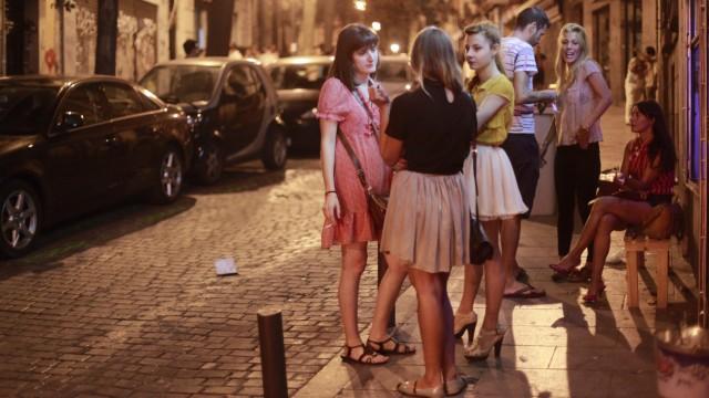 Wohnen in: Madrid: An Sommerabenden spielt sich in Madrid das Leben draußen ab.