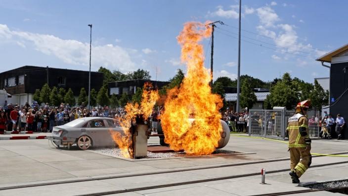 Engpass bei Feuerwehrschulen: Bei Fortbildungen an der staatlichen Feuerwehrschule in Geretsried - hier eine Brandvorführung am Tag der offenen Tür - gibt es Engpässe.