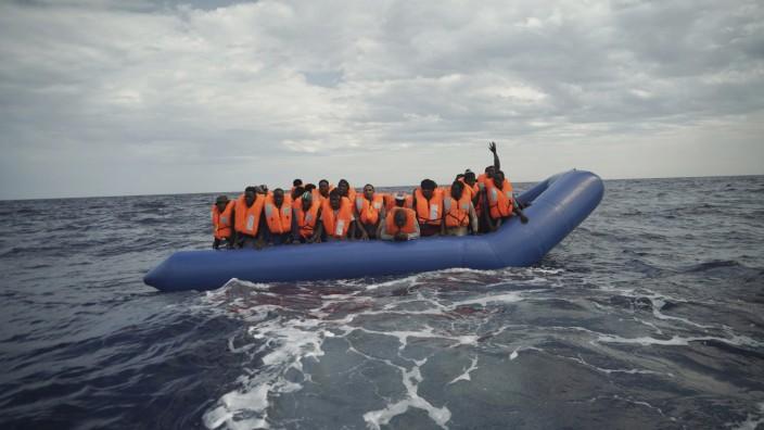 Mittelmeer: 14 Seemeilen von der Küste Libyens entfernt befanden sich die Menschen auf ihrem Schlauchboot.
