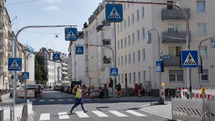 Die Kreuzung vonGeorgenstraße und Tengstraße braucht 32 Zebrastreifen-Schilder.