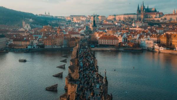Touristen auf der Karlsbrücke in Prag