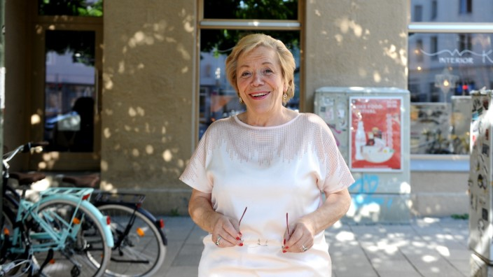 Wirtin der Schoppenstube: Gerti Guhl vor der einstigen Fraunhofer Schoppenstube: Sie sieht mit einer gewissen Melancholie auf ihre Zeit als Wirtin zurück.