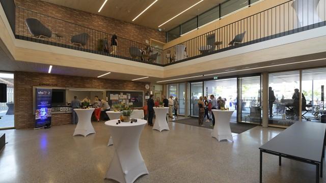 Kultur- und Bildungszentrum: Die Gemeinde Unterföhring hat zur Eröffnung des neuen Gebäudes für Volkshochschule und Musikschule in der Ortsmitte geladen.