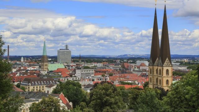 Stadtansicht Bielefeld mit Neustädter Marienkirche gesehen von der Sparrenburg Ostwestfalen Lippe