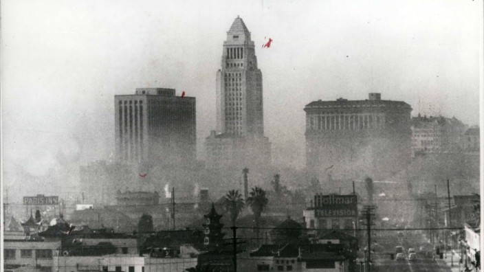 Oct 07 1970 Air Pollution Los Angeles City Hall Tower in Centre Smog PUBLICATIONxINxGERxONLY