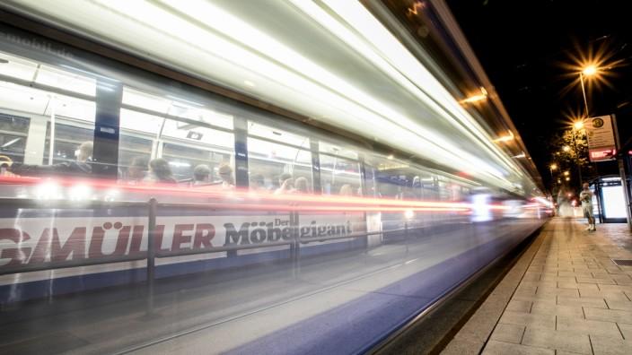 Tram bei Nacht in München, 2019