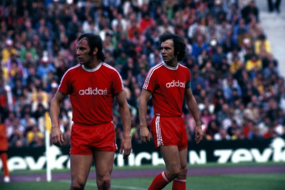 Franz Roth li und Kapitän Franz Beckenbauer beide FC Bayern München Blick zurück im Zorn; Franz Roth und Franz Beckenbauer FC Bayern