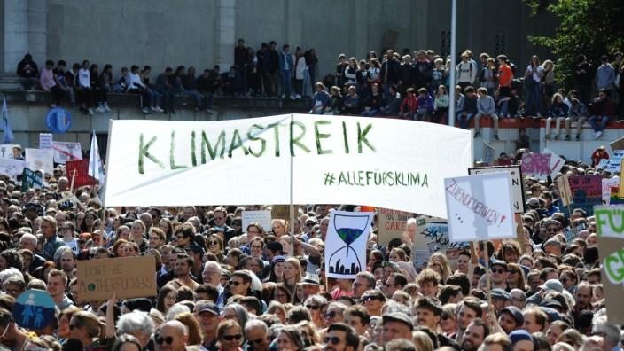 Klimastreik in München: Seit einem Jahr gehen Schüler jeden Freitag auf die Straße, um für den Klimaschutz zu demonstireren - wie hier beim globalen Klimastreik am Königsplatz am 20. September 2019.