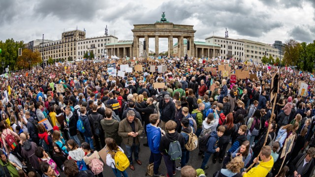 Globaler Klimastreik - Fridays for Future Demo in Berlin, Demonstration unter dem Motto Alle fuers Klima. Fridays for Fu