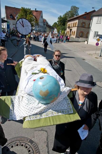 Fridays for Future: In Grafing tragen Teilnehmer der Demonstration symbolisch die Erde zu Grabe.