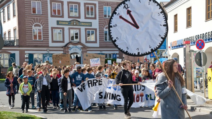 Fridays for Future: 13 Uhr in Grafing, fünf vor zwölf auf der Uhr einer Demonstrantin: Am Freitag fand die bisher größte Klimakundgebung des Landkreises statt.